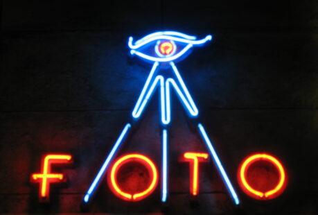 Odsłona neonu Foto oraz otwarcie wystawy Fotografie portretowe łodzian z atelier zakładów fotograficznych miasta